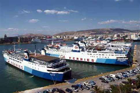 Συνεχίζεται η απομάκρυνση των εγκαταλελειμμένων πλοίων από το λιμάνι του Πειραιά
