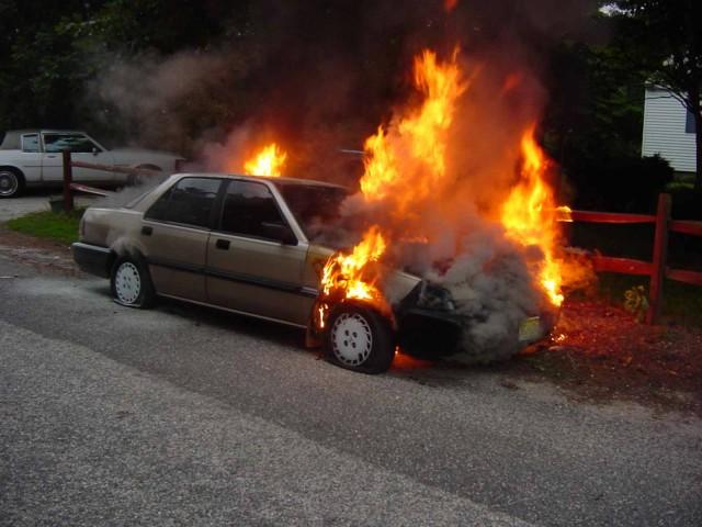 Εκδήλωση πυρκαγιάς σε οχήματα στον Πειραιά