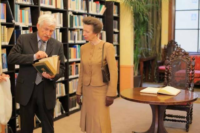 Η Πριγκίπισσα Άννα ξεναγείται στη Συλλογή του Ναυάρχου Nelson