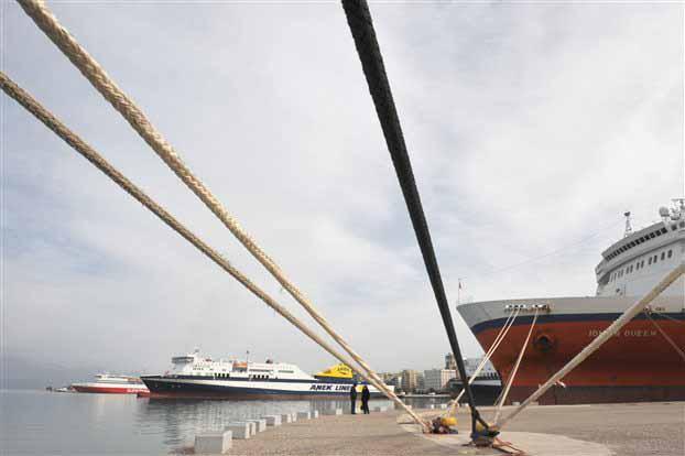 Φεύγουν τα πλοία από το λιμάνι του Πειραιά