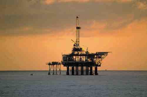 Η κυβέρνηση της Βρετανίας αναδιαρθρώνει την πολιτική της ως προς τη βιομηχανία εξόρυξης πετρελαίου