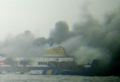Η επιχείρηση διάσωσης στο φλεγόμενο πλοίο