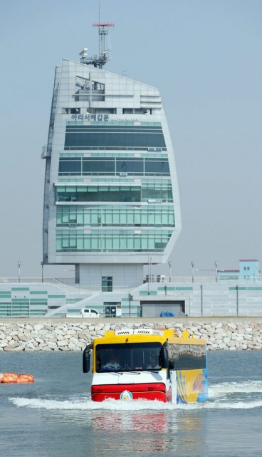 Amphibious bus debuts in South Korea