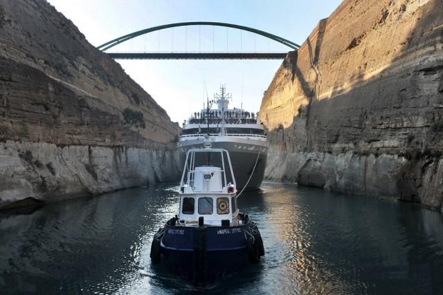 Το κρουαζιερόπλοιο Le Lyrial διασχίζει τον Ισθμό της Κορίνθου