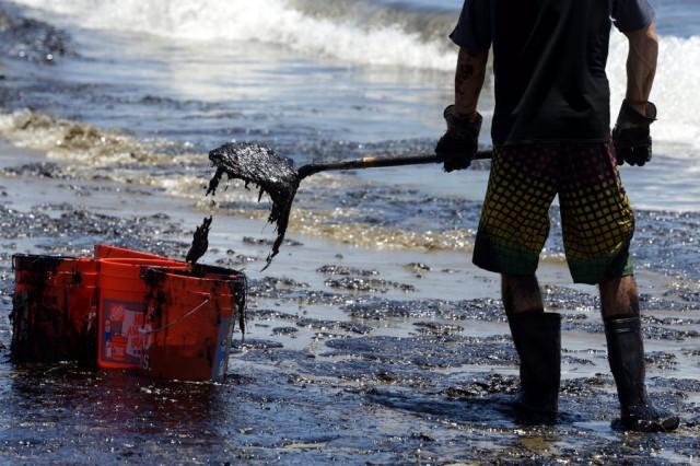 Μαύρες βάφτηκαν οι ακτές της Καλιφόρνια