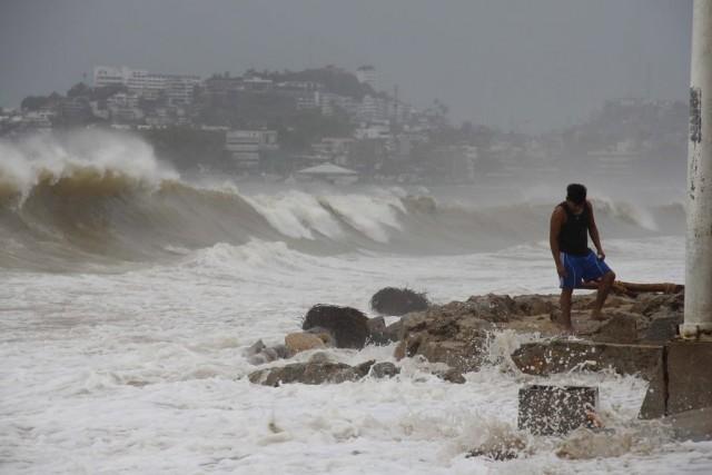 """Το Μεξικό υποδέχεται τον τυφώνα """"Κάρλος"""""""