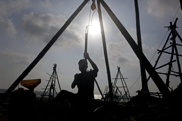 Η πτωτική πορεία των τιμών του χρυσού και του πετρελαίου παρασύρουν την παγκόσμια οικονομία