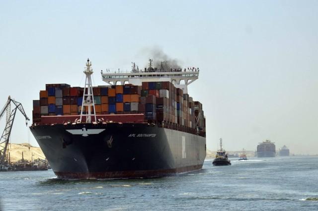 Πρόσκρουση πλοίου προκαλεί συμφόρηση στο Σουέζ