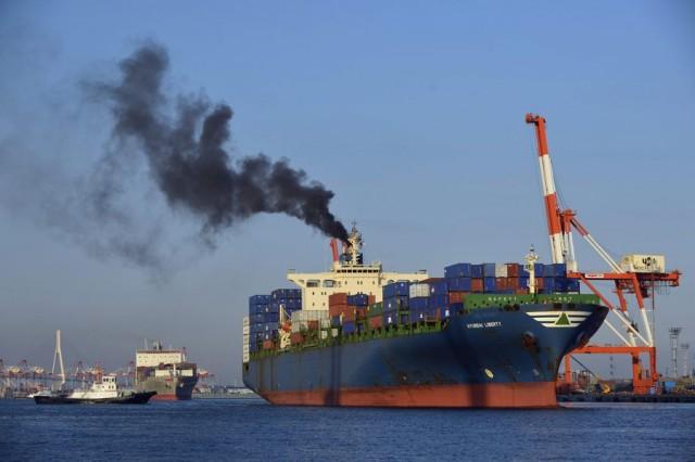 Οι Βρυξέλλες πιέζουν (και πάλι) για τους ρύπους της ναυτιλίας