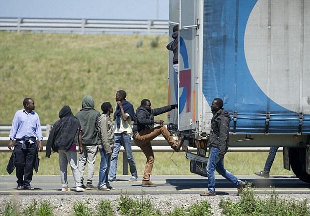 Πρόσφυγες και μετανάστες διέκοψαν την κυκλοφορία στη σήραγγα της Μάγχης