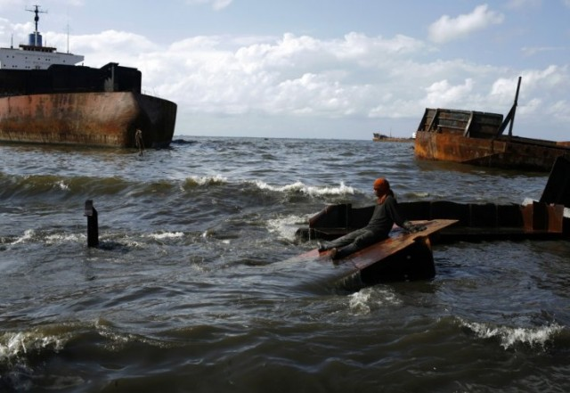 Οι «ανεξέλεγκτες» εξαγωγές φθηνού σιδήρου από την Κίνα κρατούν χαμηλά την αγορά των διαλύσεων