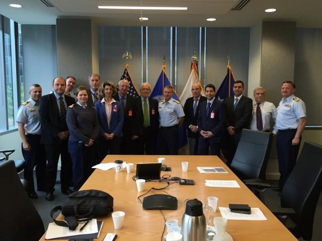 Τα μέλη της HELMEPA συζητούν θέματα κοινού ενδιαφέροντος με την Αμερικανική Ακτοφυλακή