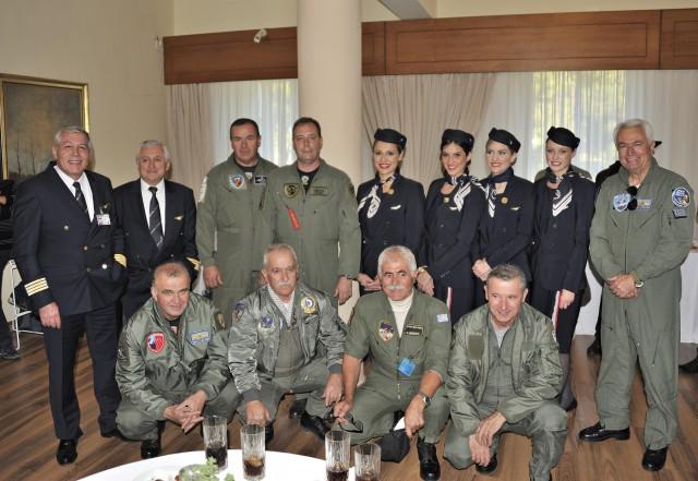 Πιλότοι και πλήρωμα καμπίνας Α3 με πιλότους μαχητικών Π.Α.
