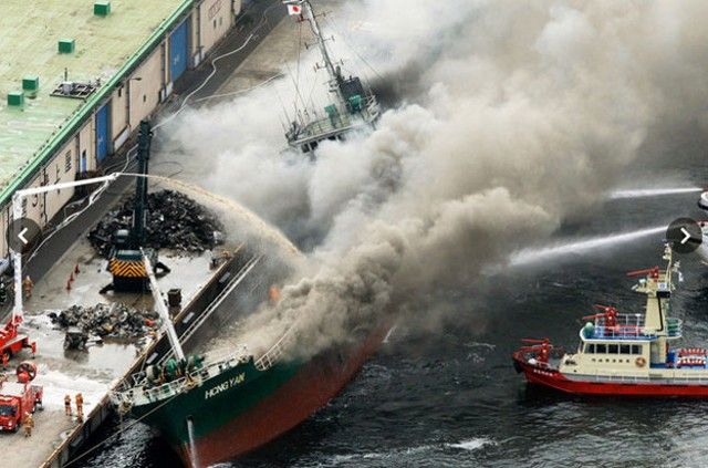 Βίντεο: Πυροσβέστες παλεύουν με τις φλόγες σε φορτηγό πλοίο