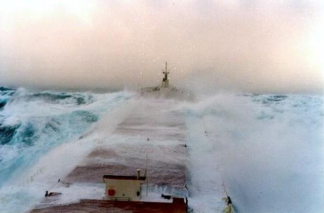 Εντυπωσιακές εικόνες πλοίων που παλεύουν με γιγαντιαία κύματα