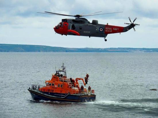 Φορτηγό πλοίο και ρυμουλκό καλούν σε βοήθεια