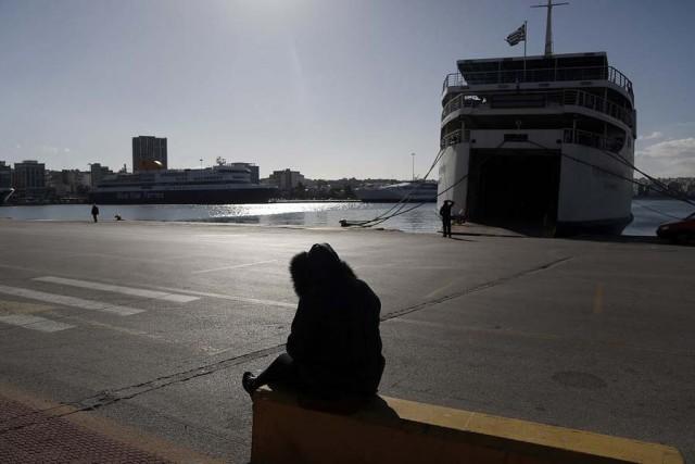Δεμένα, πάλι, τα πλοία στα λιμάνια