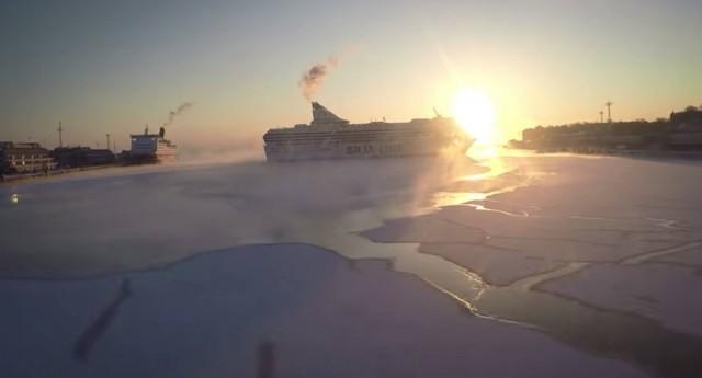 Δείτε σε ένα εντυπωσιακό βίντεο τα επιβατηγά πλοία να αναχωρούν από το παγωμένο λιμάνι του Ελσίνκι