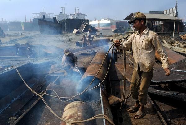 Εξακολουθούν οι άσχημες εργασιακές συνθήκες στα διαλυτήρια του Μπαγκλαντές