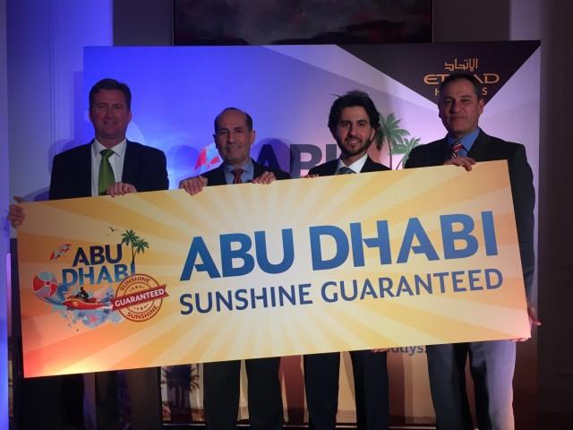 Λεζάντα φωτογραφίας - αριστερά προς τα δεξιά: Christopher Hunter της Etihad Holidays στην εκδήλωση λανσαρίσματος στο Λονδίνο, μαζί με την Αυτού Εξοχότητα Abdulrahman Almutaiwee Πρέσβη των Ηνωμένων Αραβικών Εμιράτων με τον Mohammed Al Bulooki και τον James Harrison της Etihad Airways