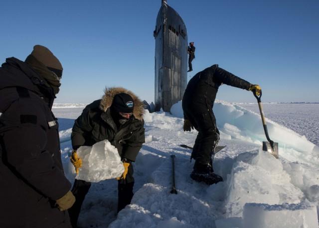 Δείτε την εντυπωσιακή στιγμή της ανάδυσης ενός υποβρυχίου μέσα από τους πάγους της Αρκτικής