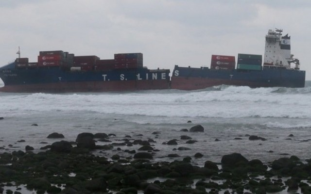 Το κομμένο στα δύο containership «TS Taipei» συνεχίζει να μολύνει με καύσιμα και επικίνδυνες χημικές ουσίες την θάλασσα της Ταϊβάν (video)