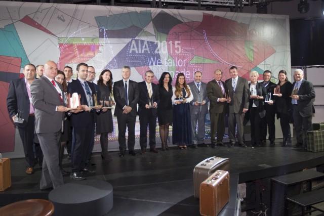 (έκτος από δεξιά), ο Νίκος Σερέτης, Area Manager Airport Operations Central Europe της Etihad Airways και ο (πέμπτος από δεξιά) ο κ. Φίλιππος Φιλίππου, Γενικός Διευθυντής Ελλάδας της Etihad Airways μεταξύ της ομάδας του ΔΑΑ των νικητών των βραβείων για το 2015