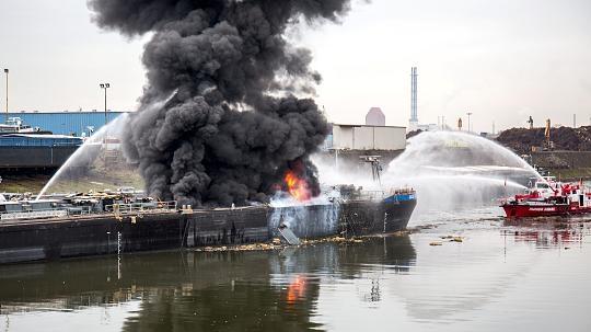 Δύο νεκροί και ένας αγνοούμενος από ισχυρή έκρηξη σε δεξαμενόπλοιο κατά τη διάρκεια επισκευής