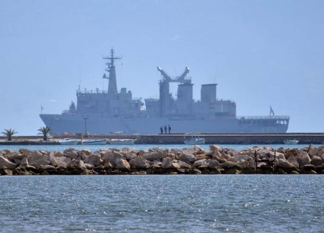 Πολεμικά πλοία του πολεμικού ναυτικού σε σύντομη παραμονή έξω από το λιμάνι της πόλης του Ναυπλίου
