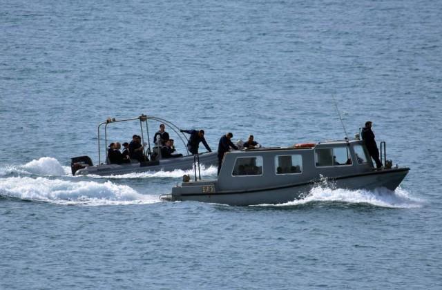 Λάντζες μεταφέρουν Ναυτικούς Δοκίμους του πολεμικού Ναυτικού στο λιμάνι, του Ναυπλίου