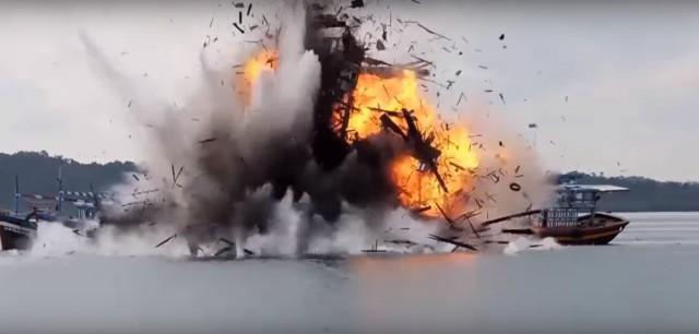 Η Ινδονησία ανατινάσσει 23 ξένα αλιευτικά σκάφη (βίντεο)