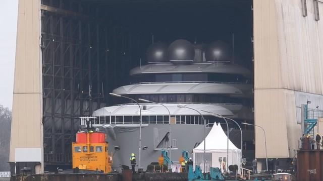 Δείτε την έξοδο από το ναυπηγείο ενός mega yacht μήκους 106 μέτρων