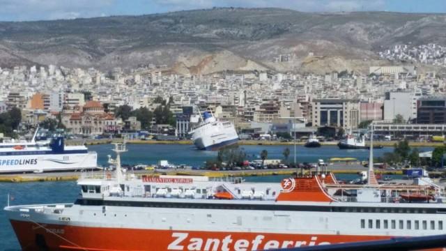 """Εισροή υδάτων στο """"Παναγία Τήνου"""" στο λιμάνι του Πειραιά"""