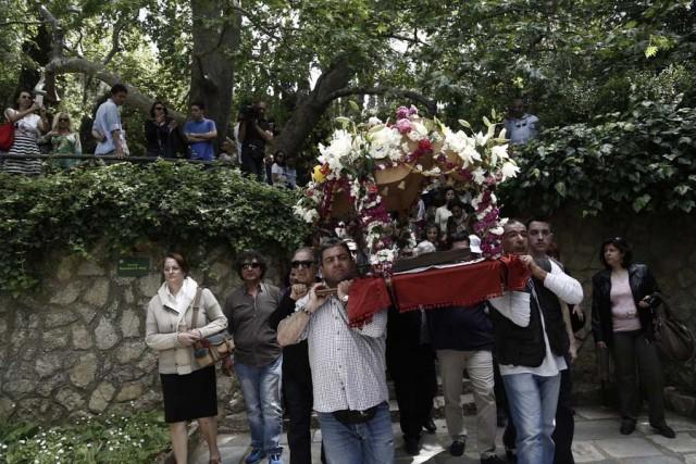 Πιστοί παίρνουν μέρος στην περιφορά του Επιταφίου κατά τη διάρκεια λειτουργίας στη Μονή Καισαριανής,  ΑΠΕ-ΜΠΕ/ΓΙΑΝΝΗΣ ΚΟΛΕΣΙΔΗΣ