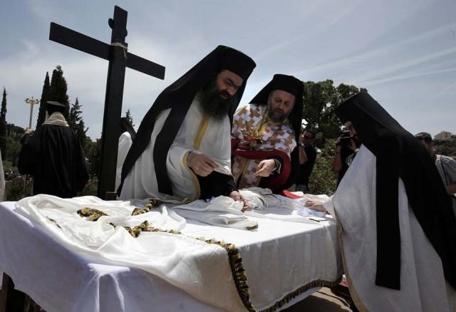 Ιερείς τελούν την ακολουθία της Αποκαθήλωσης του σώματος του Χριστού από το Σταυρό , στη Μονή Πεντέλης. ΑΠΕ-ΜΠΕ ΣΥΜΕΛΑ ΠΑΝΤΖΑΡΤΖΗ