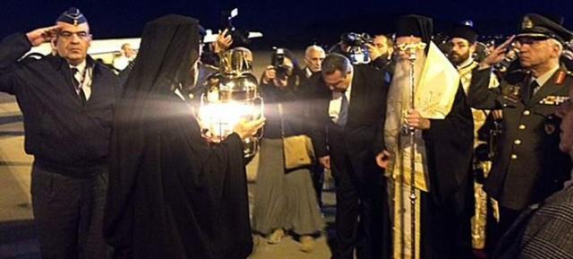 Δεκτό με τιμές αρχηγού κράτους έγινε η άφιξη του Αγίου Φωτός από τα Ιεροσόλυμα