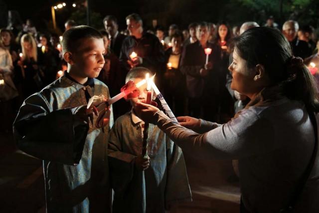 Πιστοί κρατούν αναμμένες λαμπάδες μετά την παραλαβή του Αγίου Φωτός της Ανάστασης στον Ιερό Ναό της Παναγίας Φανερωμένης στην Αθήνα ΑΠΕ-ΜΠΕ/ΣΥΜΕΛΑ ΠΑΝΤΖΑΡΤΖΗ