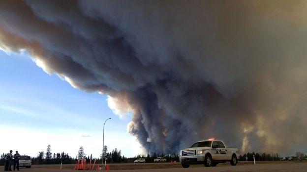 Οι μεγάλες πυρκαγιές στην Αλμπέρτα του Καναδά οδήγησαν σε μείωση την  παραγωγή πετρελαίου