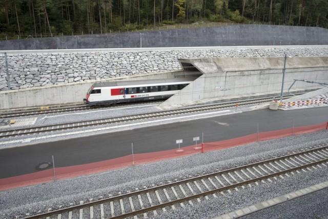 Επηρεάζει η διάνοιξη του τούνελ Gotthard τη σημασία του λιμένα του Πειραιά;