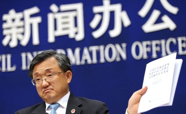 Ο Κινέζος υφυπουργός Εξωτερικών Λιου Ζενμίν κρατά το έγγραφο με την πολιτική θέση της Κίνας
