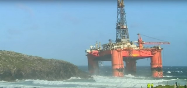 Εξέδρα γεώτρησης προσάραξε στις ακτές της Σκωτίας – κίνδυνος θαλάσσιας μόλυνσης (βίντεο)