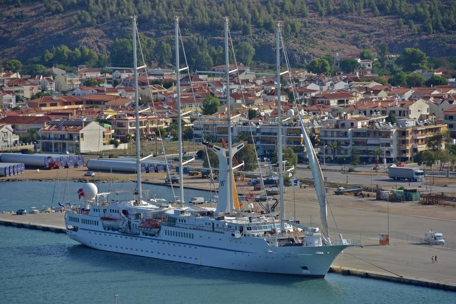 Το τετρακάταρτο ιστιοφόρο κρουαζιερόπλοιο Wind Star «έπιασε» και πάλι στο λιμάνι της πόλης του Ναυπλίου , εντυπωσιάζοντας με το μέγεθος και την επιβλητικότητα του, Παρασκευή 26 Αυγούστου 2016. Το πολυτελές ιστιοφόρο που πραγματοποιούσε επταήμερες κρουαζιέρες από τον Πειραιά προς την Κωνσταντινούπολη κι αντίστροφα, ακύρωσε όλες τις φετινές προγραμματισμένες εξορμήσεις του, μετά τις βομβιστικές επιθέσεις και τα γεγονότα στην Τουρκία. ΑΠΕ-ΜΠΕ/ ΜΠΟΥΓΙΩΤΗΣ ΕΥΑΓΓΕΛΟΣ