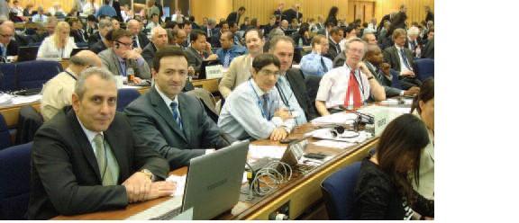 Μέρος της ελληνικής αντιπροσωπείας στη σύνοδο MEPC 62. Διακρίνονται (από αριστερά) οι κ. Μανωλεδάκης, Σεφεριάδης (αρχηγός αποστολής), Ζαχαριάδης, Λαγουρός, Ψαραύτης και Βεντίκος (δεύτερη σειρά).