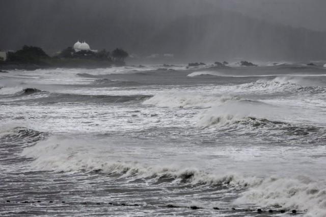 Γιγαντιαίο πλοίο μεταφοράς εμπορευματοκιβωτίων στην δίνη του σούπερ τυφώνα Μεράντι (Βίντεο)
