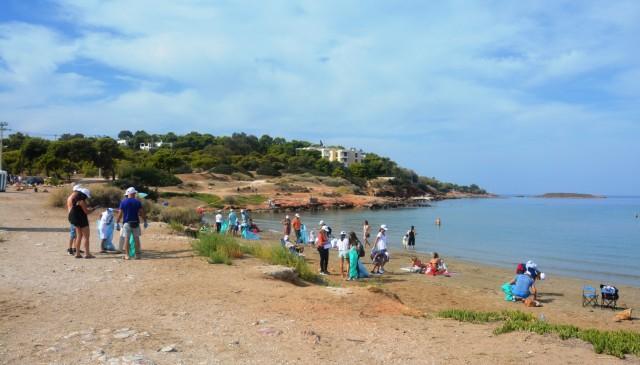 Στιγμιότυπο από τον καθαρισμό της παραλίας στο Καβούρι που διοργάνωσαν HELMEPA & American P&I Club