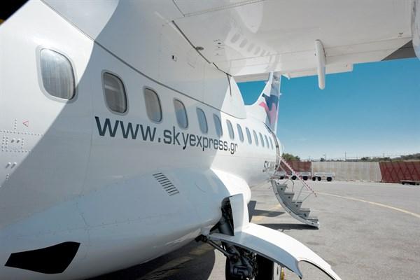 Αεροσκάφος της  Sky Express. Η αεροπορική εταιρεία ανακοίνωσε πρόσφατα την πραγματοποίηση πτήσεων σε ελληνικούς χειμερινούς προορισμούς.