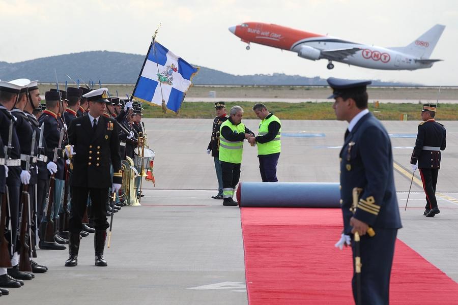 """Υπάλληλοι του αεροδρομίου στρώνουν το κόκκινο χαλί στον αεροδιάδρομο του """"Ελ. Βενιζέλος"""", λίγες ώρες πριν φτάσει ο πρόεδρος των ΗΠΑ Μπάρακ Ομπάμα."""