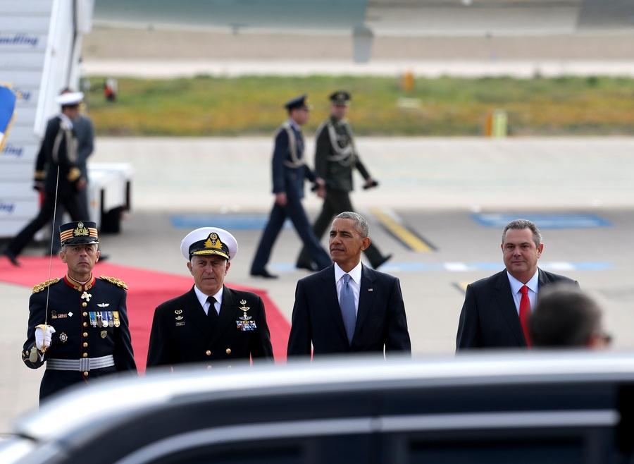 Ο Πρόεδρος των Ηνωμένων Πολιτειών της Αμερικής, Μπαράκ Ομπάμα (2Δ), ο υπουργός Εθνικής Άμυνας, Πάνος Καμμένος (Δ) και ο Αρχηγός ΓΕΕΘΑ Ναύαρχος Ευάγγελος Αποστολάκης ΠΝ (2Α) επιθεωρούν τιμητικό άγημα κατά τη διάρκεια της τελετής υποδοχής του, στο αεροδρόμιο Ελευθέριος Βενιζέλος,