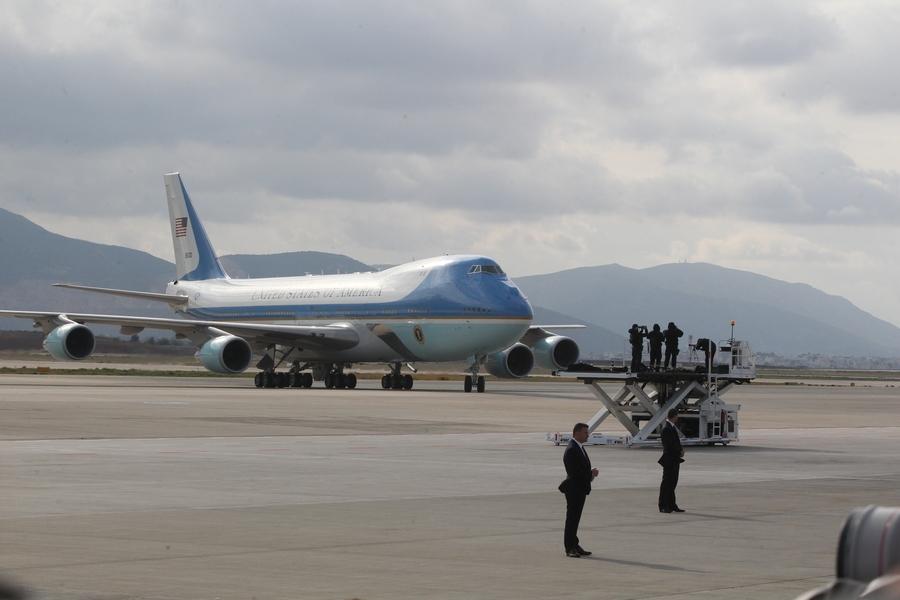 Το Air Foprce One που μεταφέρει τον Πρόεδρο των Ηνωμένων Πολιτειών της Αμερικής, Μπαράκ Ομπάμα στο αεροδρόμιο Ελευθέριος Βενιζέλος.