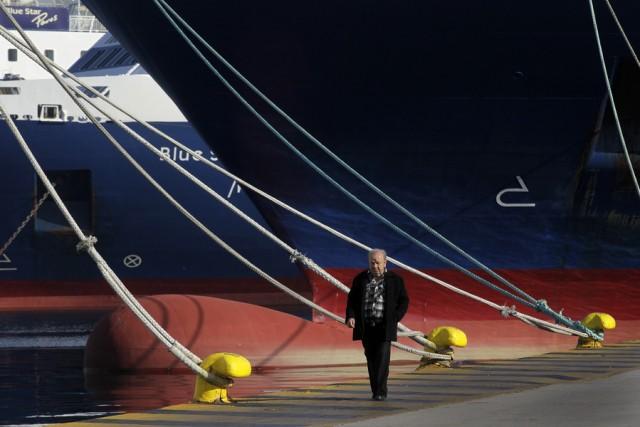 Δεμένα τα πλοία στα λιμάνια μέχρι τα ξημερώματα της Παρασκευής